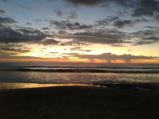 MotMot Surf B & B: Sunset at Avellanas Beach