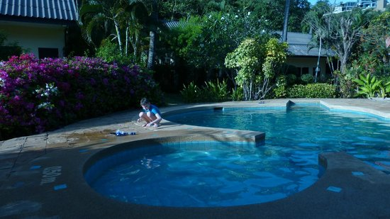 All Seasons Naiharn Phuket : у маленького басеина