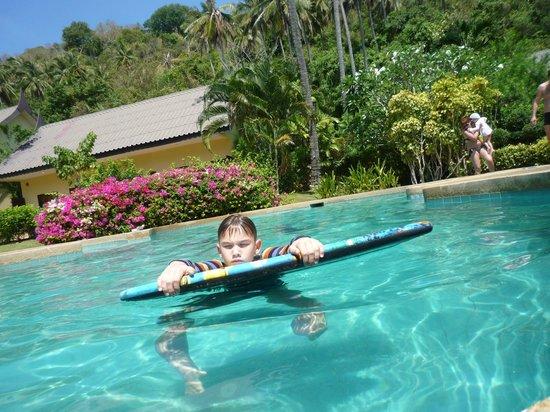 All Seasons Naiharn Phuket : в бассейне