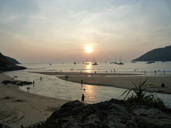 All Seasons Naiharn Phuket : 100 метровая речка между морем и озером