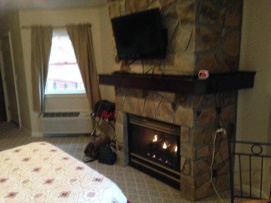 Heidi Motel: Windmill Suite - Looking at fireplace & TV in center of room