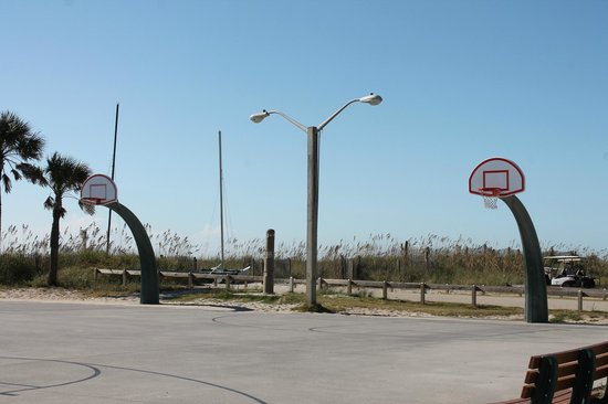 Ocean Lakes Family Campground: ocean front basketball court