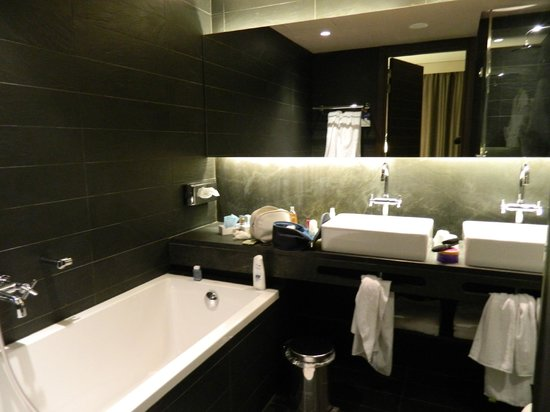 Novotel Barcelona City: Spacious and tastefully furbished bathroom