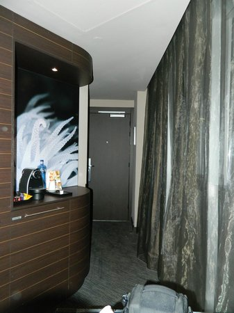 Novotel Barcelona City: Hallway of our suite