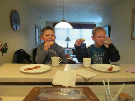 Bridgeport Resort: Eating breakfast!