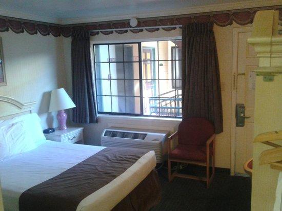 San Francisco Inn: Die Zimmer liegen direkt zum Innenhof mit den Parkplätzen