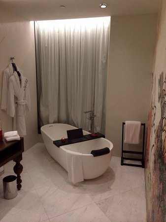 Mira Moon Hotel : Huge bath with marble ledge to watch tv on your iPad