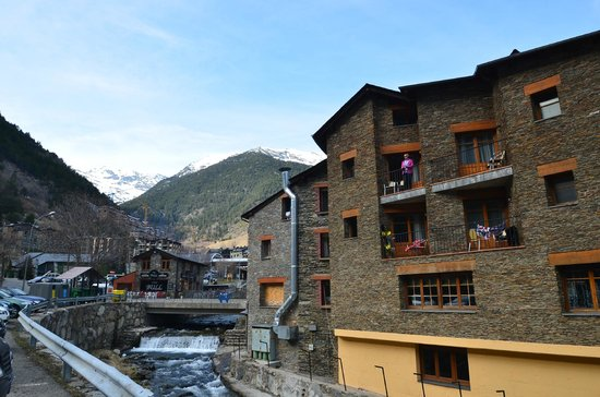 Comapedrosa Hotel: Вид с автостоянки через реку на отель