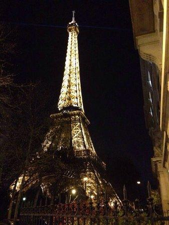 Mercure Paris Centre Eiffel Tower Hotel: Vista della torre uscendo dall'hotel