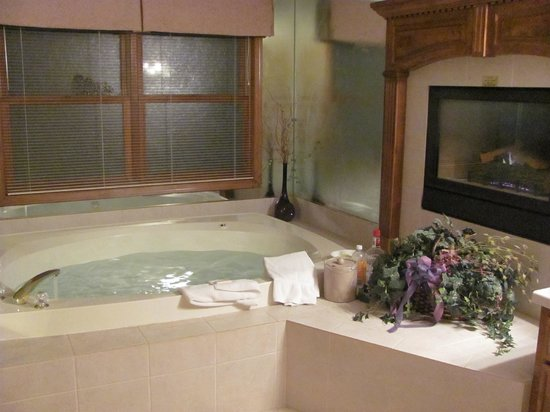 Bridgeport Resort: Giant hot tub and fireplace in bathroom