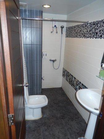 Sabai Sabai at Sukhumvit Hotel: salle de bain , petite mais fonctionnelle et propre