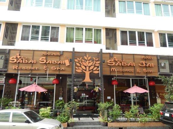 Sabai Sabai at Sukhumvit Hotel: façade / terrasse de l'hotel