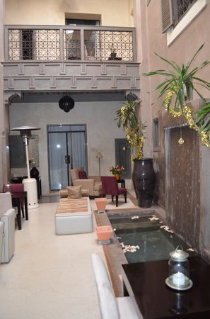 Riad Dar One: Seating area with waterfall