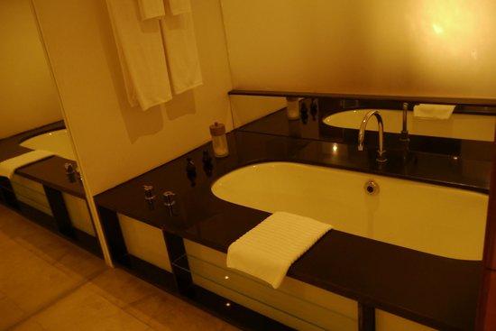 The Quay Boutique Hotel: Bathroom- Bathtub