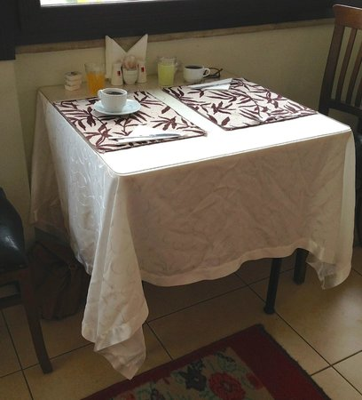 Asmali Hotel: table cloths that never saw an iron