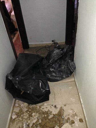 Asmali Hotel: The rubbish left by the workmen