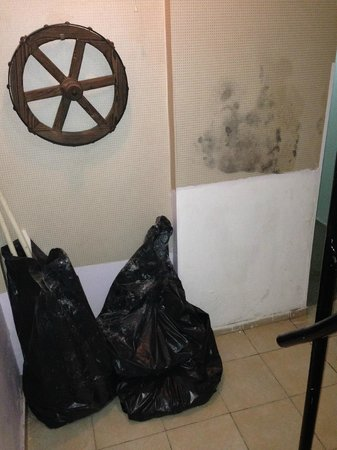 Asmali Hotel: The rubbish was still there when we left