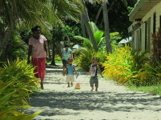 Mana Lagoon Backpackers: walk in the village
