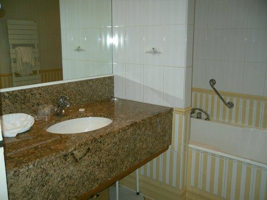 Hotel Dormy House : salle de bain directoire