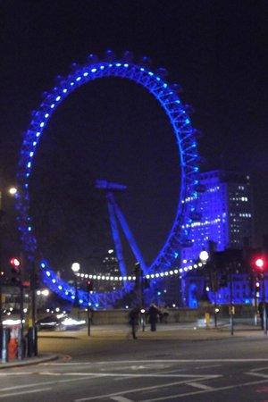 Premier Inn London County Hall Hotel: The Eye at Night