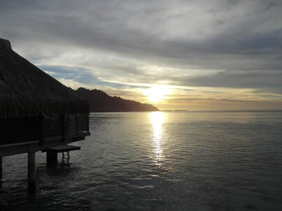 Hilton Moorea Lagoon Resort & Spa: Sunset out over the water