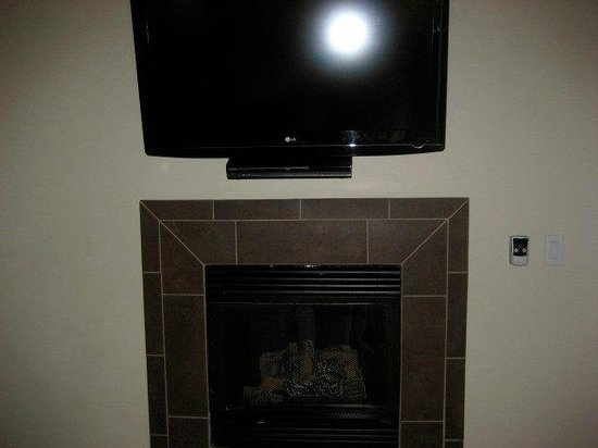 L'Auberge de Sedona: Mounted flatscreen tv over fireplace
