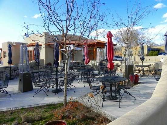 Martyrs Steakhouse: Outdoor patio area