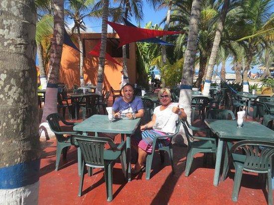 Coche Paradise Hotel Isla Margarita: Patio del bar los cocoteros