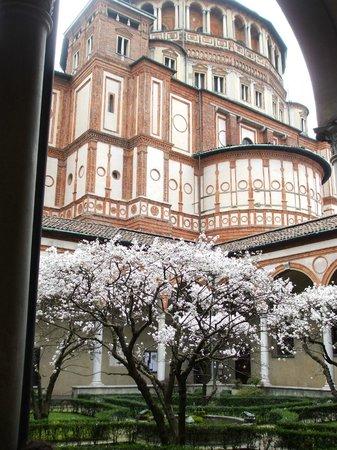 La Cène (Léonard de Vinci) : Garden in the rear with views of the church