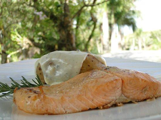 Restaurante Essencia Do Vale: Filé de Salmão Grelhado e Batata Assado com Creme de Gorgonzola