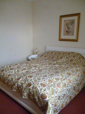Alqush Downtown Hotel: кровать