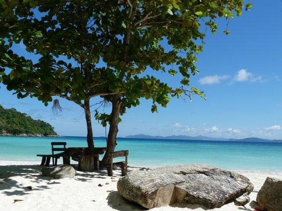 Rayaburi Resort (Racha Island): Plage de l'hôtel avec des bungalows qui ont cette vue...