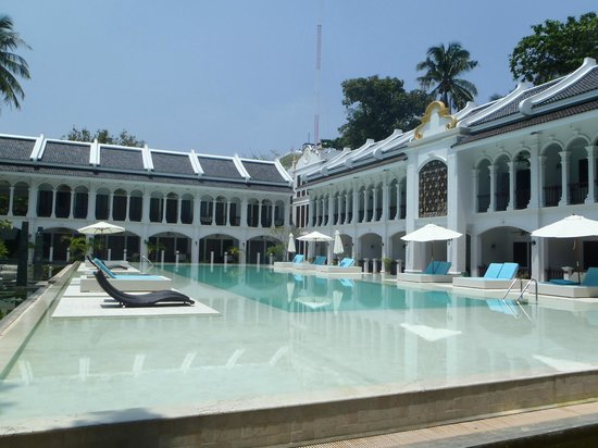 Rayaburi Resort (Racha Island): Piscine avec certaines chambres autour.
