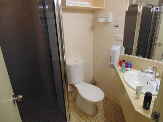 Best Western Plus Garden City Hotel: Sink unit impedes on toilet space