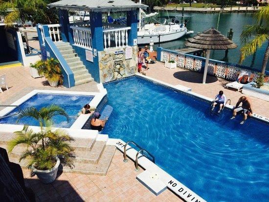 Ocean Reef Yacht Club & Resort: Pool and Jacuzzi Area