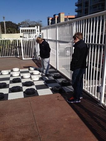 Dunes Village Resort: Cold but fun outdoor checkers