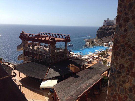 Gloria Palace Amadores Thalasso & Hotel : View of one of infinity pool areas and snack bar