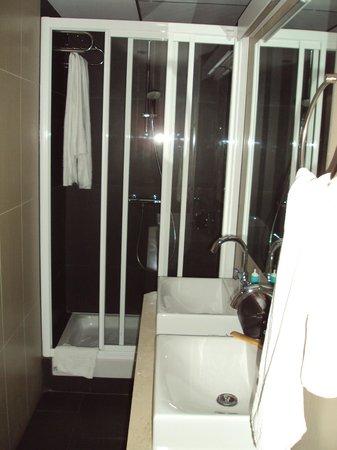 Hotel Domus Plaza Zocodover : Y el baño con dos lavabos.