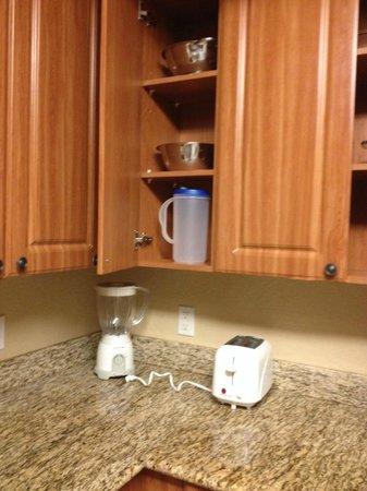 Westgate Town Center Resort & Spa: Cabinets, blender, toaster, mixing bowl, colander, pitcher