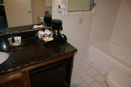 Carmel Village Inn: Bathroom with coffee making facilities and a refrigerator.