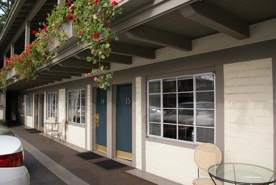 Carmel Village Inn: Entrance to room.