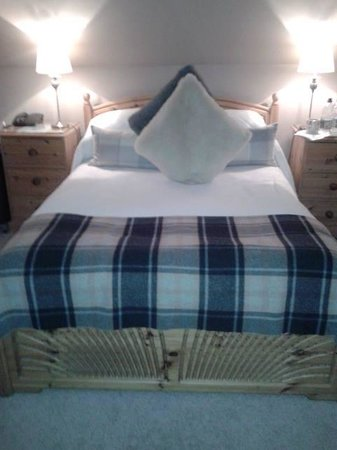 Wheatsheaf Hotel: Very large and comfortable bed - had best nights sleep for months!