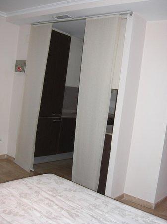 Valencia Central Apartments: como se ve la cocina desde la cama