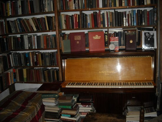 Librairie Shakespeare and Company : Piano on the first floor