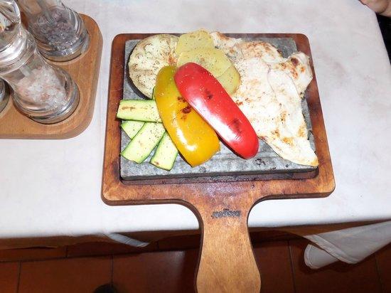 BillyBau Bar & Restaurant : Piccata di pollo con verdure su pietra ollare