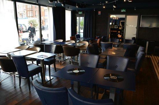 BEST WESTERN PREMIER Why Hotel : Salle du petit-déjeuner / bar (selon l'heure, elle se transforme)
