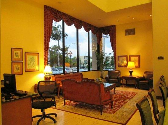 Best Western Plus Redondo Beach Inn: sitting area by front desk