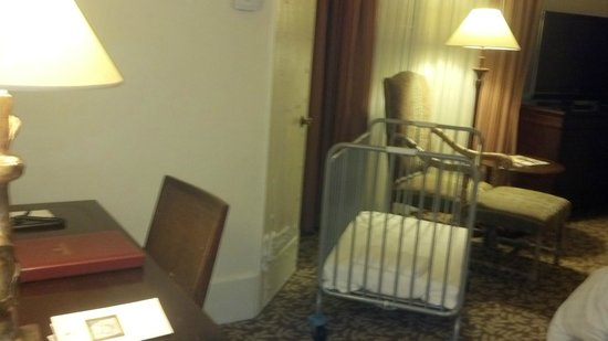 The Mission Inn Hotel and Spa: Desk & a cood sized closet is behind the crib