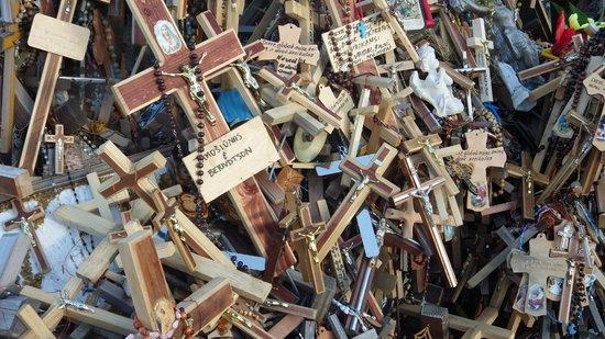 Colline des Croix : Tusentals kors i alla storlekar.