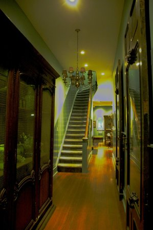 Green House Inn: The staircase to the 2nd Floor